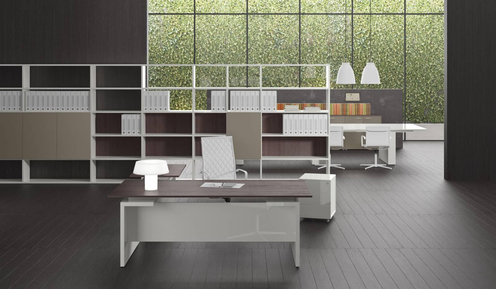 Bureau de direction haut de gamme avec un retour décalé du plan de travail du bureau afin de créer un espace différent. Le plateau est teinté en stratifié bois. Système d'étagères pour compléter cette gamme sur Aix en Provence