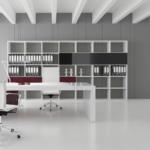 Bureau de direction haut de gamme sur Marignane. Bureau blanc laqué avec placet en cuir. Jeu de couleur au niveau des armoires.