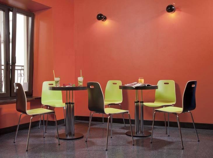 Espace café avec table réglable en hauteur et chaises café LGW sur Marseille et ses environs.