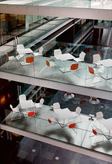 Espace détente, repas dans grand hal avec tables et chaises avec coussins sur Vitrolles et ses environs
