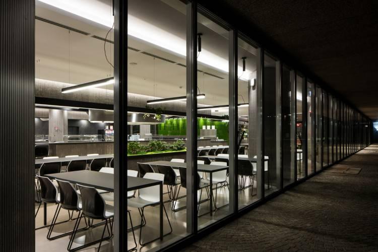Espace repas pour Société avec de grandes tables et des chaises design sur Toulon et ses environs.
