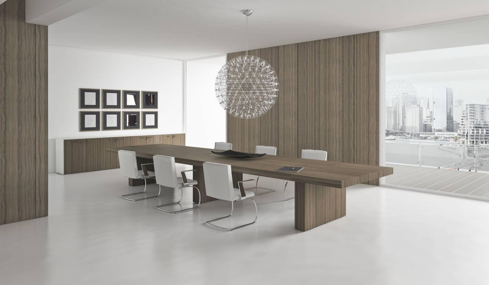 Très belle table de conférence ou de réunion coloris bois sur Aix les Milles. Les meubles de rangement bas viennent en complément de l'aménagement.