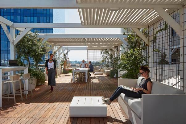 Espace détente ou de travail informel en terrasse mobilier de chez Vondom