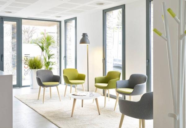 Ambiance zen avec le choix des couleurs naturelles et le bois du piétement des fauteuils ENEKA sur Marseille