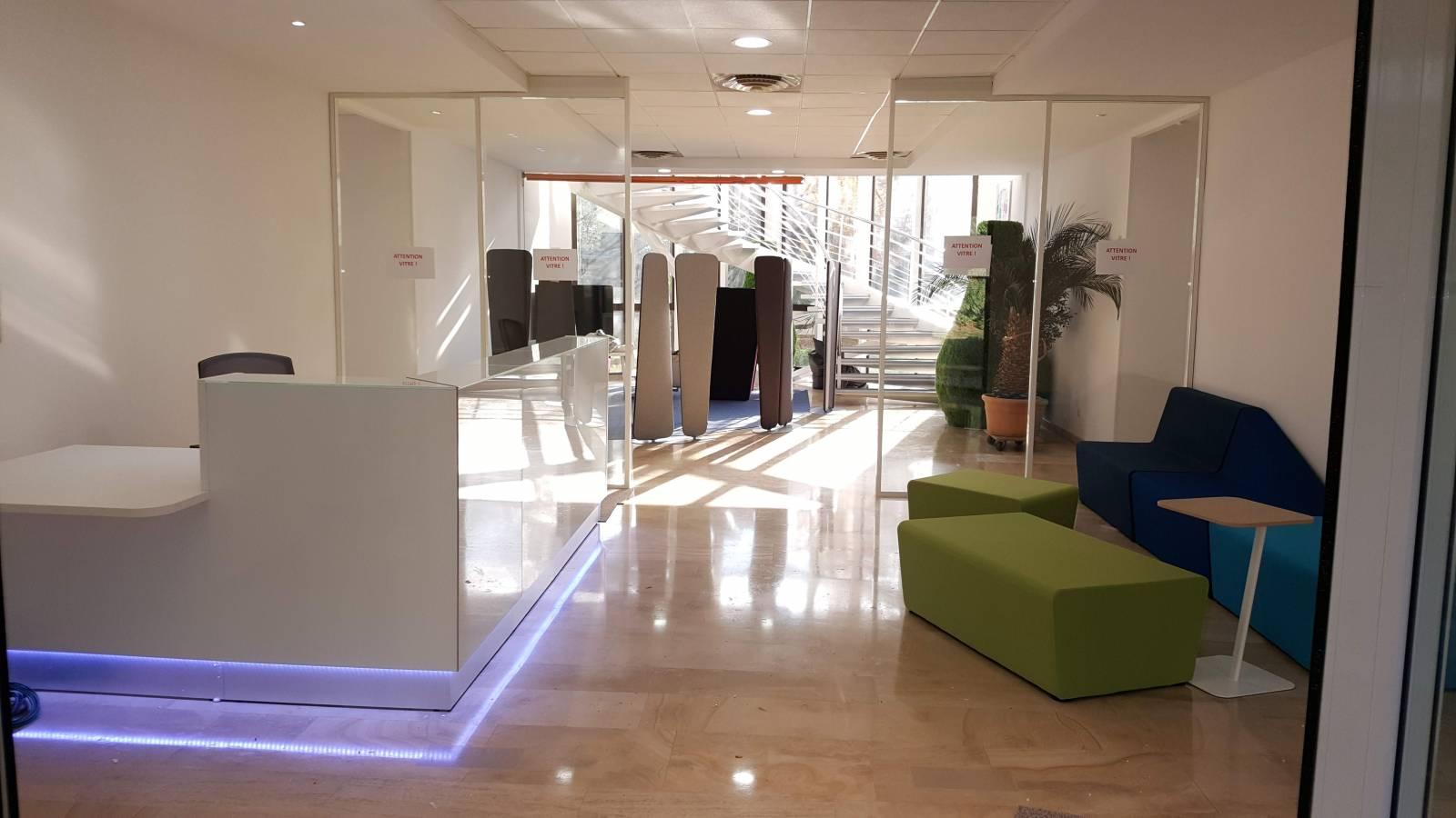 Banque d'accueil avec accès PMR, banquettes Mendhi , en fond l'espace confidentiel