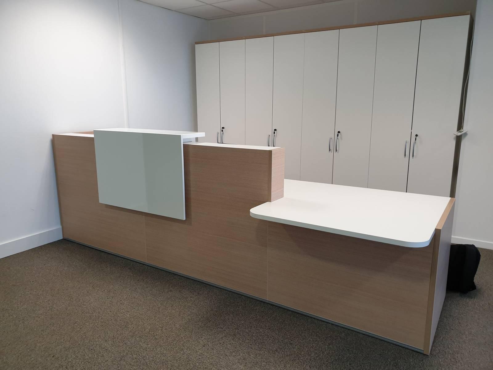 Banque d'accueil avec module PMR, armoires hautes de rangement sur Marseille