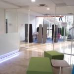 Banque d'accueil dans espace accueil attente avec banquette de chez SOKOA