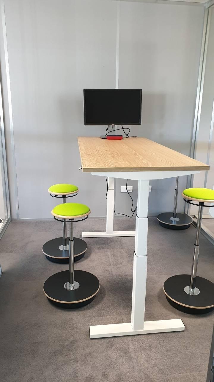 Bulle de réunion avec table réglable en hauteur électrique et tabouret sur coussin d'air réglable en hauteur sur Aix en provence