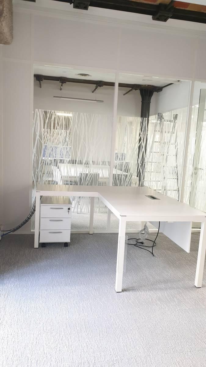 Bureau de direction IMPULS de chez MDD avec trappe pour cables et retour sur Marseille