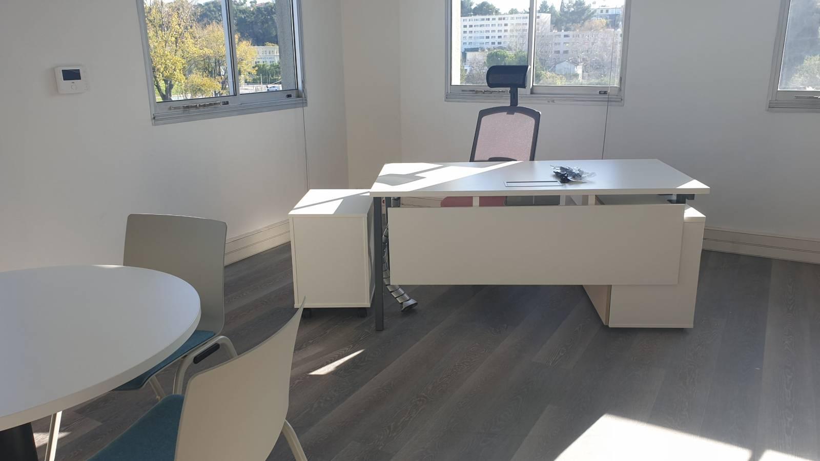 Bureau manager avec un espace réunion ( table d'appoint et chaises) sur Marseille