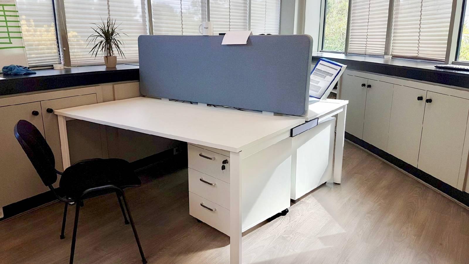 Bureau multiposte avec caisson mobile à tiroirs et écran de séparation acoustique dans la zone Athelia à la Ciotat