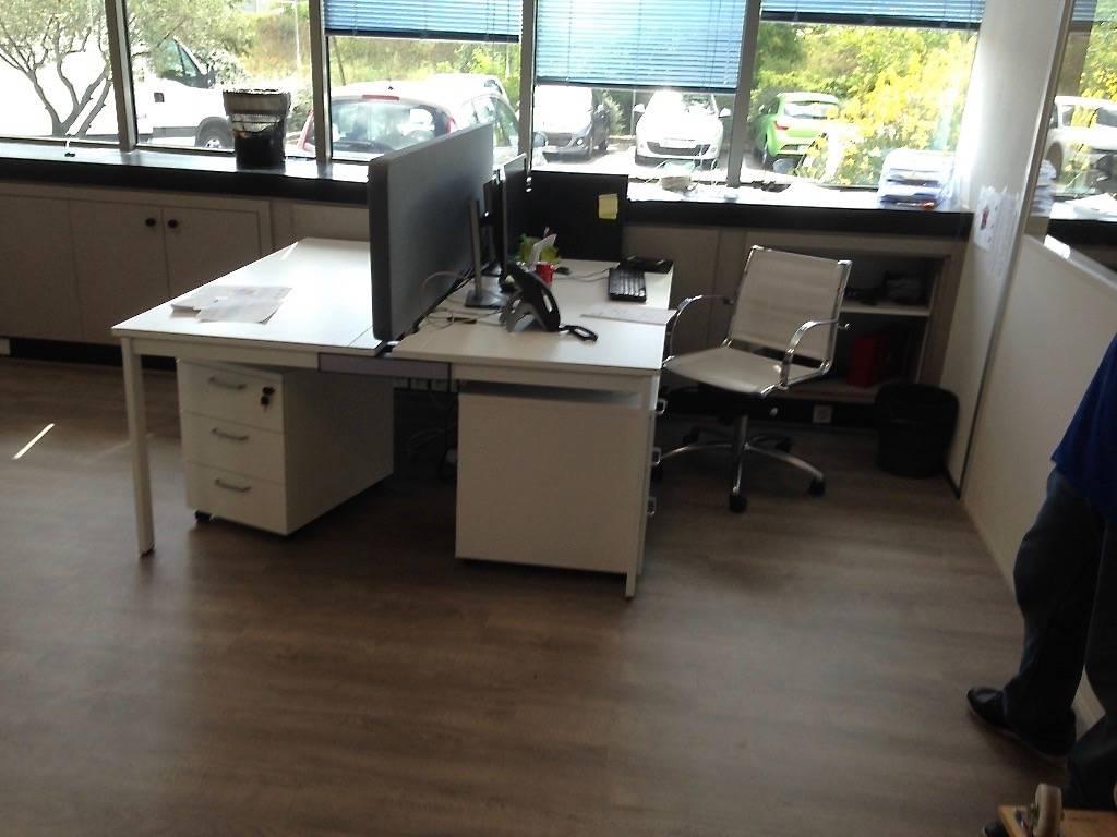 Bureau poste double a la ciotat zone Athelia blanc 4 pieds plateau blanc avec panneaux de séparation acoustique