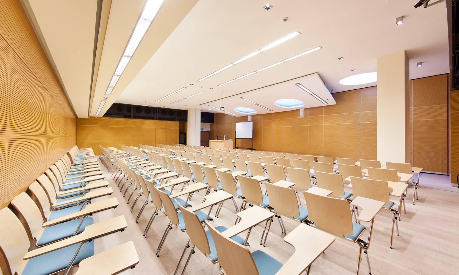 Chaise AXo dans une salle de formation avec tablettes écritoires sur Aix en Provence