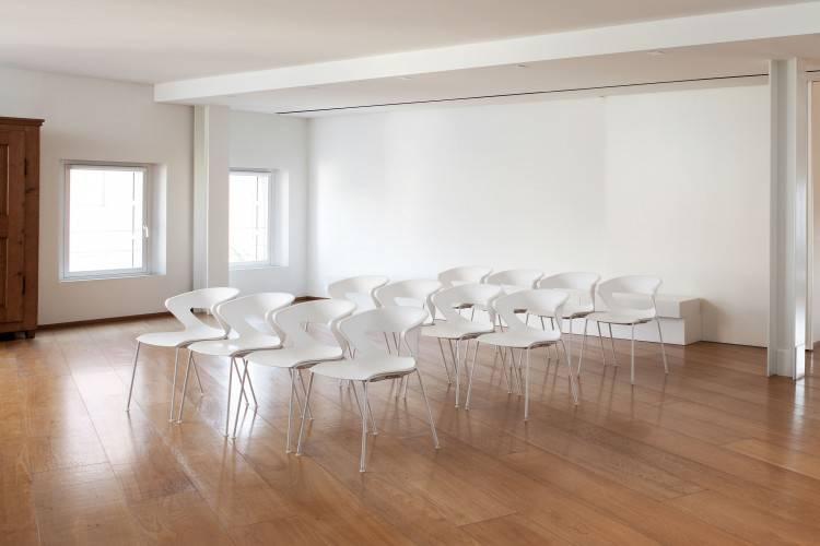 Chaises de réunion ou d'attente pied alu ou chromé coque colorée