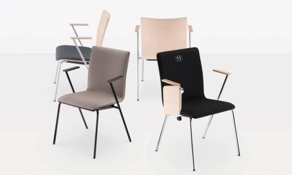 Chaises entièrement tapissées avec accoudoirs et tablette écritoire sur Aubagne