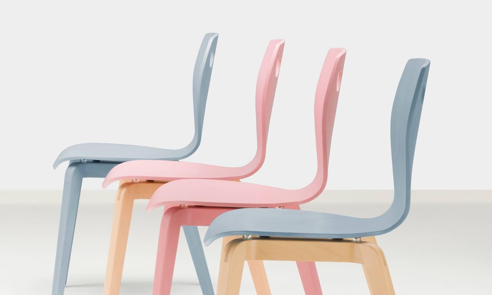 Chaises CAFE LGW de chez NOWYSTYL Group aux coloris pastel laissant apparaitre les veinures du bois sur Aix en Provence