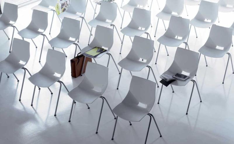 Chaises empilables pour gain de place sur Marignane