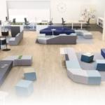 Ensemble de module canapé aux coloris variés et aux formes diverses pour des espaces de rencontre informelle