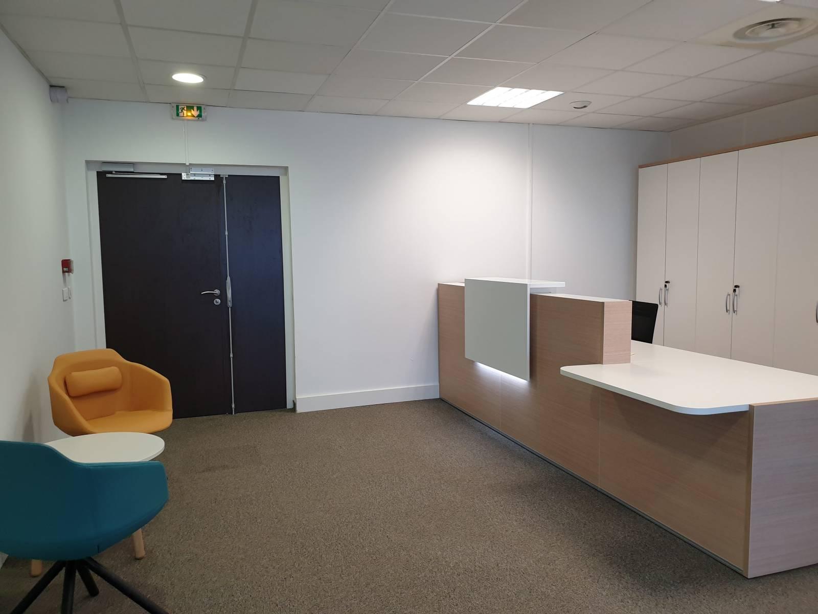Espace accueil avec fauteuil visiteur et banque d'accueil sur Marseille