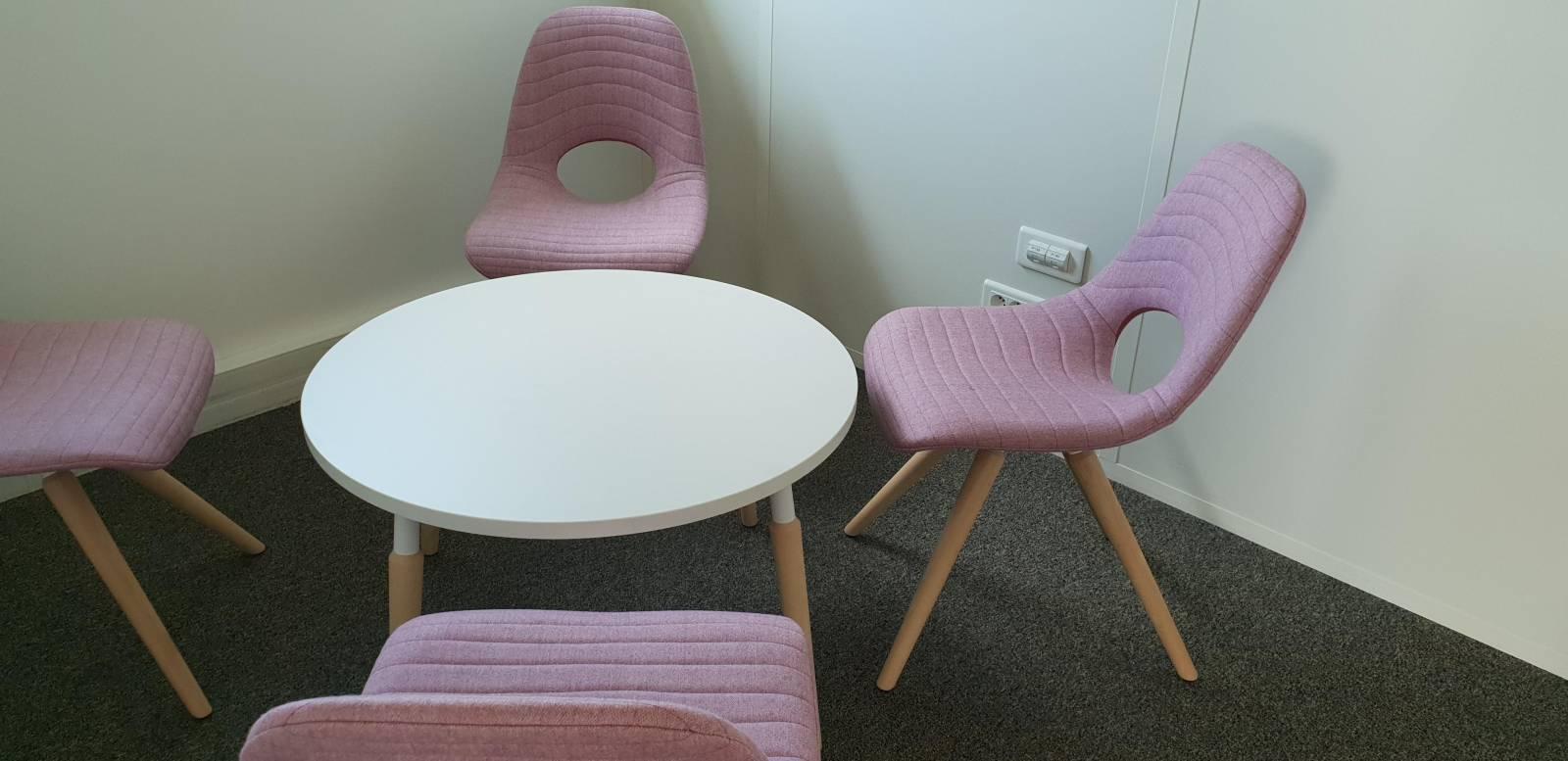 Espace bulle de signature avec les chaises tapissées TAUKO et la table basse sur Marignane