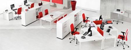 Espace de travail collectif avec une zone de réunion
