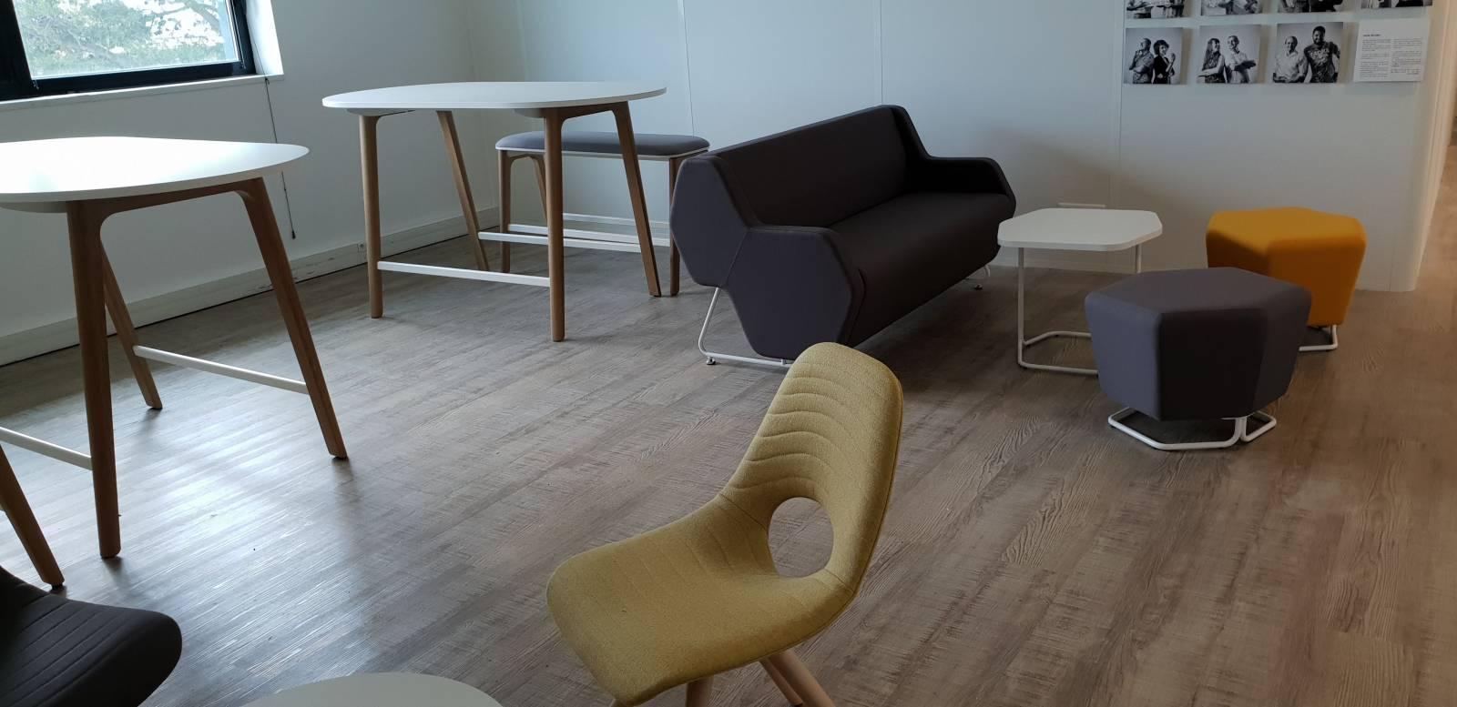 Espace détente et attente avec du mobilier haut de gamme et acoustique sur marseille