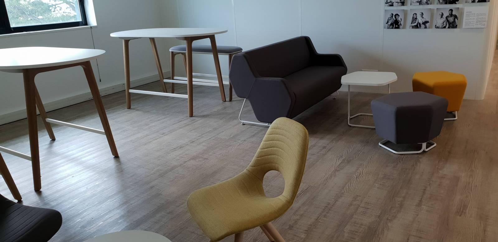 Espace d'attente et de détente avec les tables hautes LEVITATE, le canapé acoustique HEXA avec les poufs et la table d'appoint de la meme gamme sur Marseille