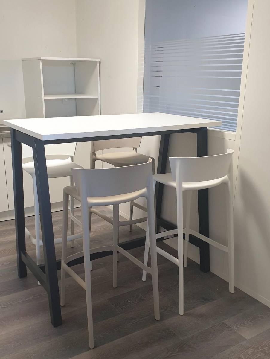 Espace détente aménagé avec une table haute et des tabourets hauts de chez VONDOM sur Marseille