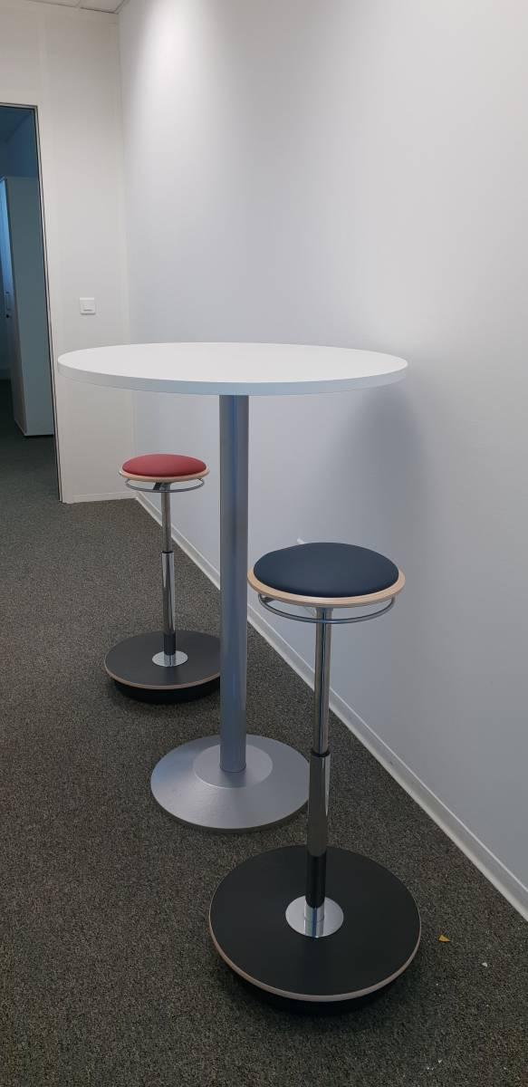 Espace informel pour entretien ou discussion confidentielle table haute et tabouret oleopneumatique tendance sur Aix en Provence