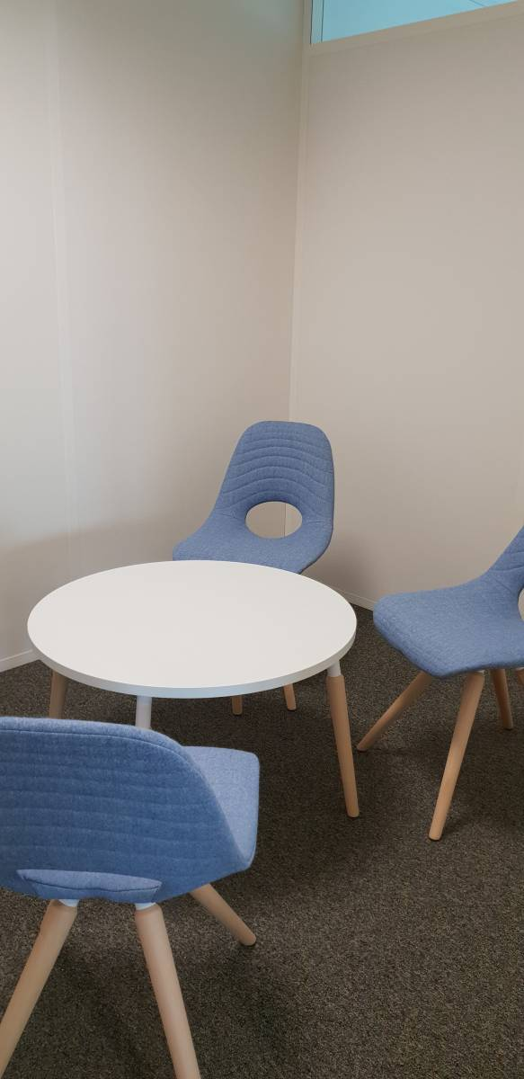 Espace de meeting et réunion avec table et chaises TAUKO sur Aix en provence