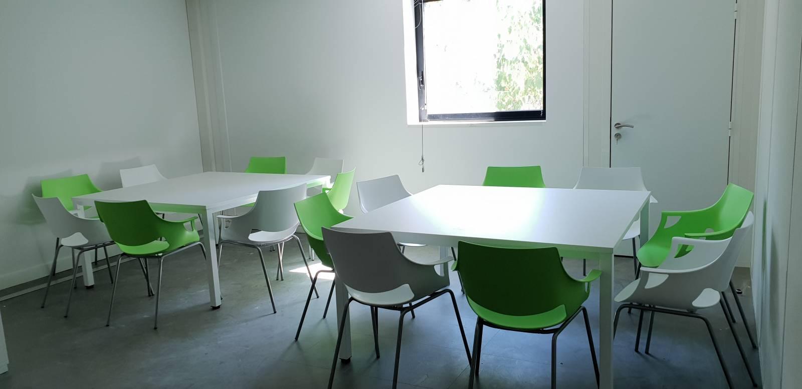 Espace repas avec les tables repas carrées et les chaises FANO sur Aubagne