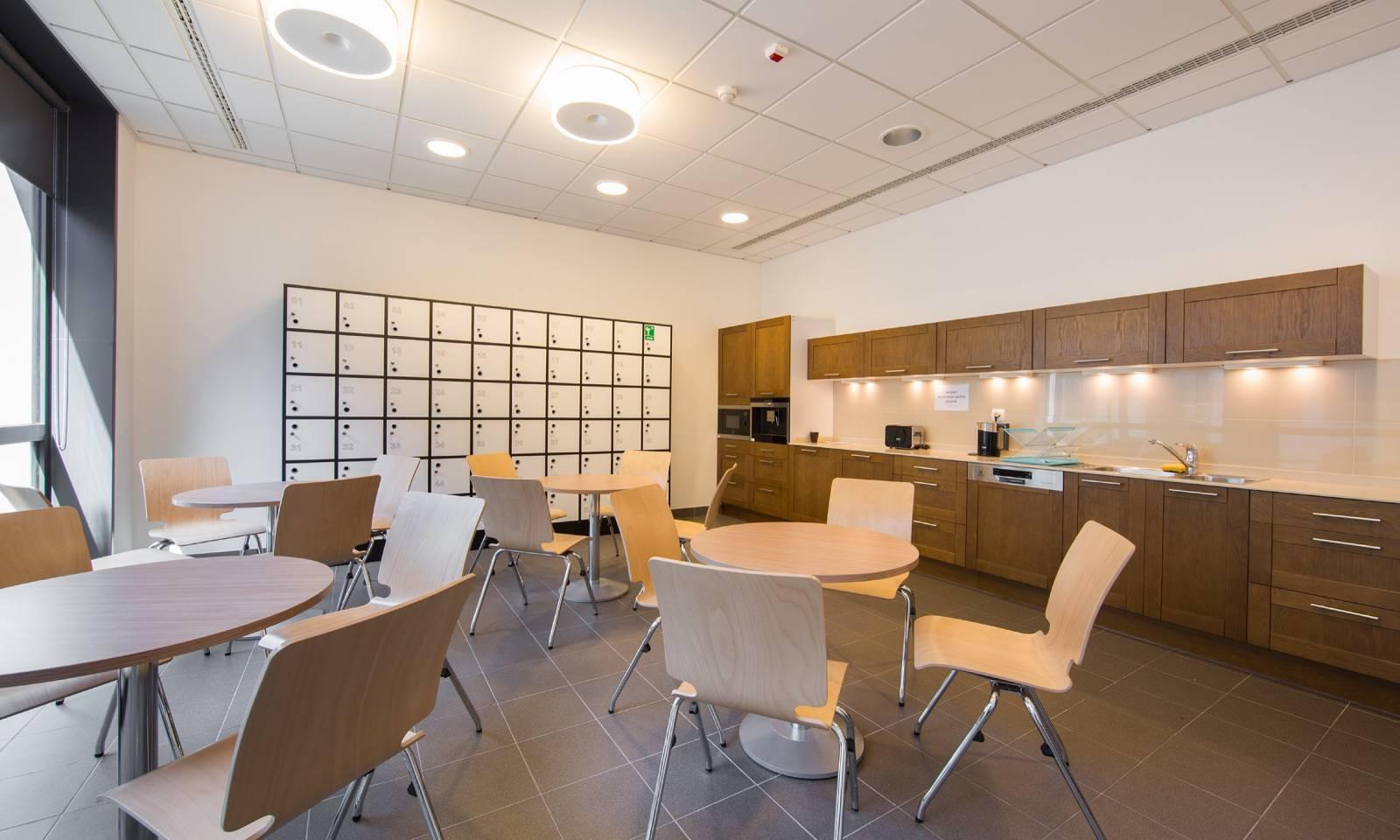 Dans un espace repas ou détente la chaise AXO sans accoudoir ni placet pour une meilleure hygiène sur Marseille