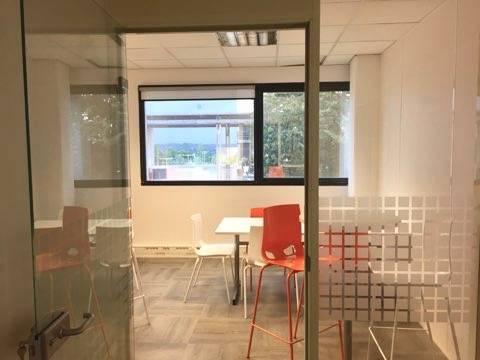 espace repas et détente à Aix en Provence avec table ronde haute avec tabourets hauts