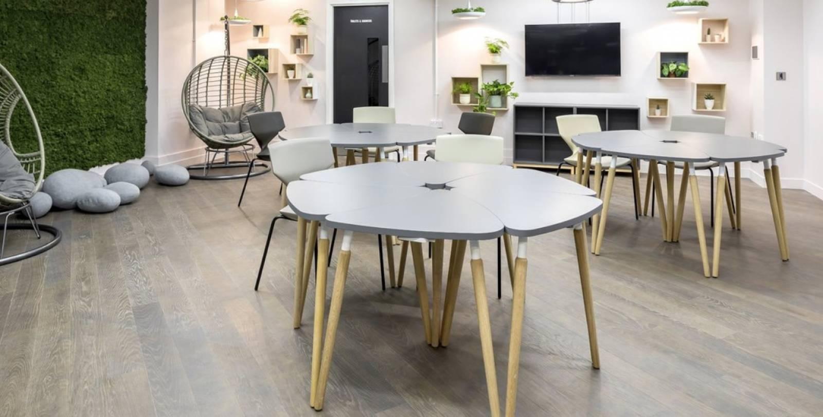 Espace de réunion informelle avec implantation de tables modulaires TAUKO