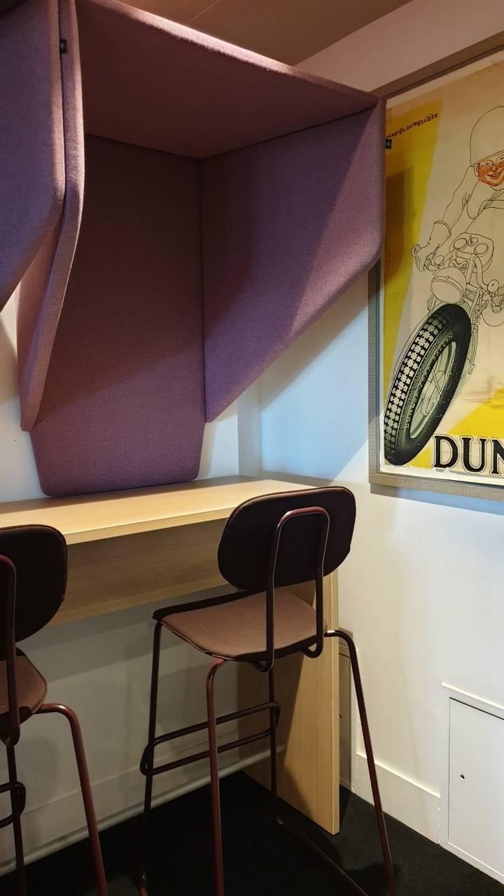 Espace téléphonie, comptoir haut, tabouret haut style Vintage, et cabine Buzzihood pour l'absorption sonore sur Aix en provence