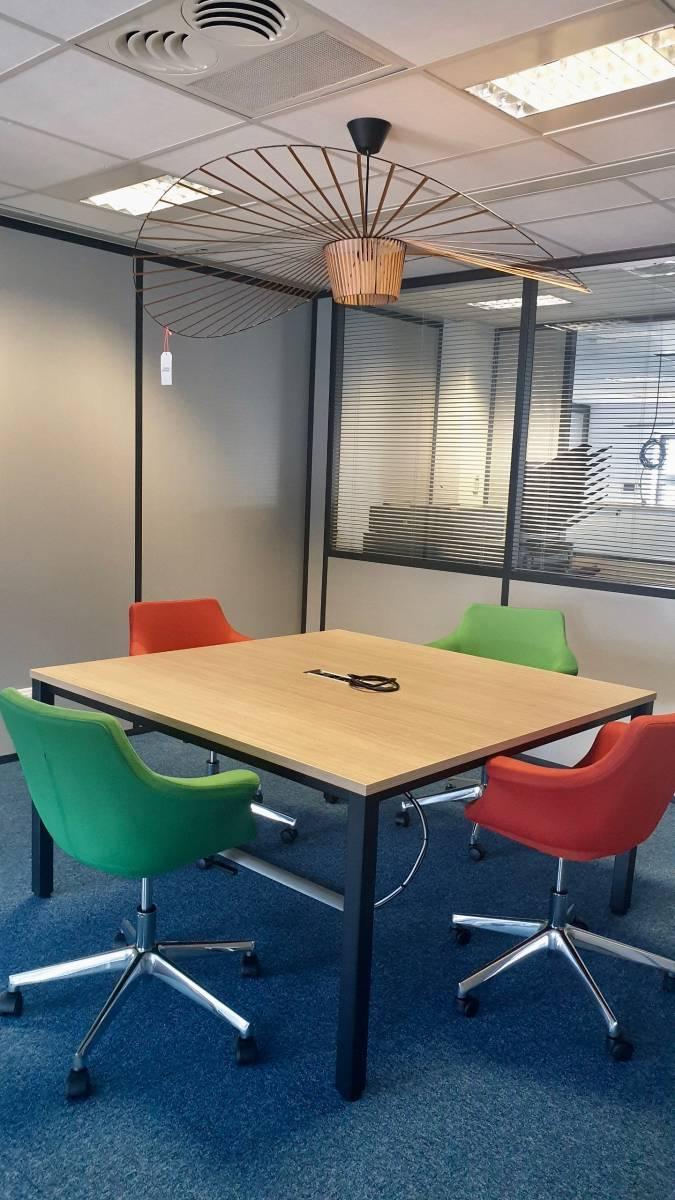 Espace de travail collaboratif avec table de réunion et fauteuil sur Marseille