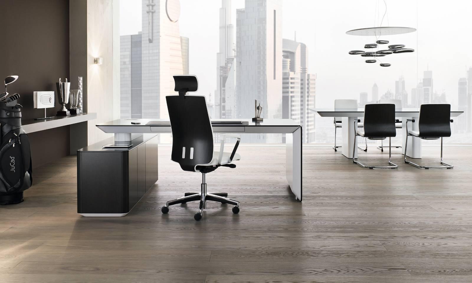 Fauteuil de direction MOJITO avec chaises de conférence aménagés avec le bureau de direction e-Range sur Marseille