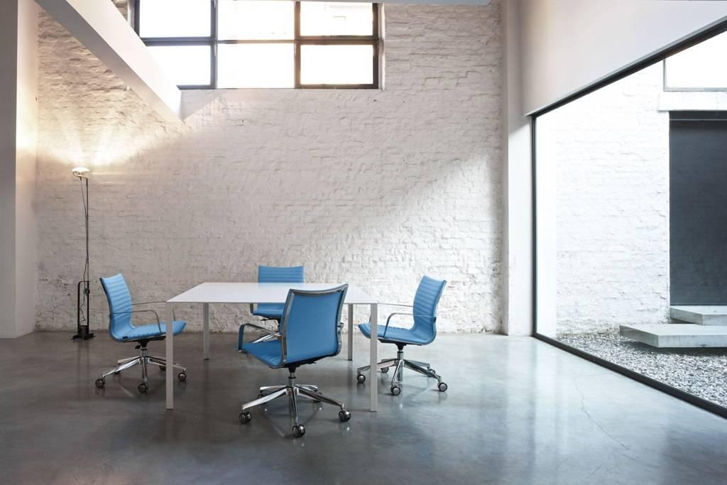 Fauteuil de réunion de la gamme KRUNA de chez Kastel design linéaire sur Marseille