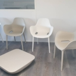 Fauteuil et table basse de chez VONDOM pour espace d'attente sur Marseille