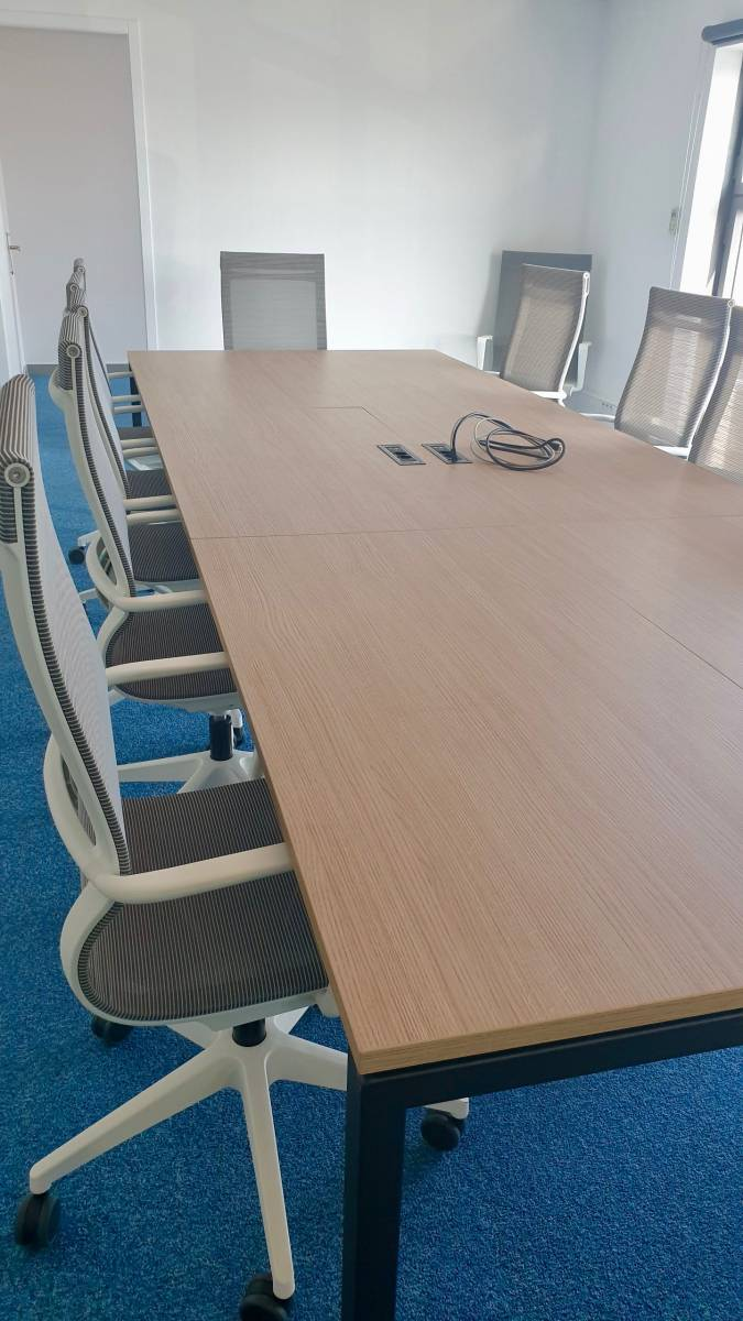 Grande table de conférence avec fauteuil design de chez SOKOA sur Marseille