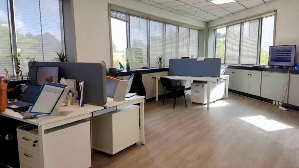open space aménagé sur La Ciotat zone Athelia en bureau poste double avec écran de séparation acoustique.