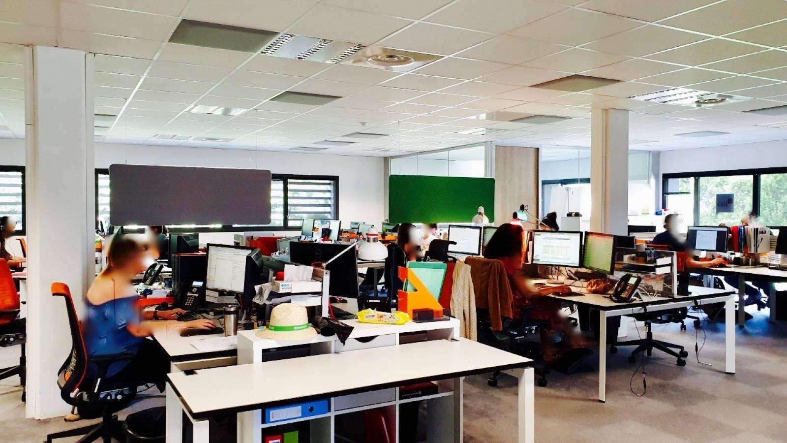 Open space aménagé avec des panneaux SILEO simple et des paves acoustiques en dalle faux plafond pour casser les ondes sonores des aux appels sur Aix en provence