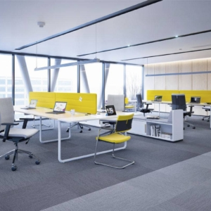 open space avec gamme PLAY and Work.Bench de 4 postes et meubles de rangement bas.