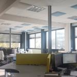 Sur Valence, un open space avec mise en place d'objet acoustiques style Totem avec panneaux de séparation acoustiques pour bureaux