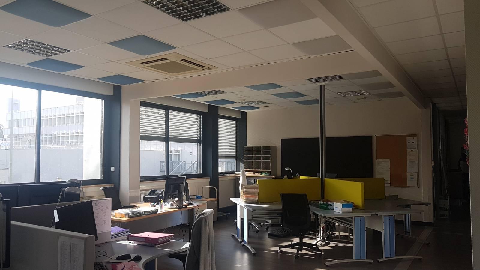 Open space avec panneaux de séparation de bureau acoustiques ainsi que pavés acoustiques en faux plafond