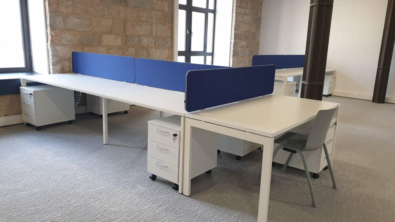 Open space aménagé avec des bench pultipostes avec une extension pour accueillir une personne supplémentaire avec accessoires fonctionnels intégrés sur Marseille