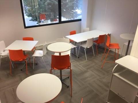 panaché de tables pour déjeuner ou prendre un café dans cet espace repas détente à Aix en Provence