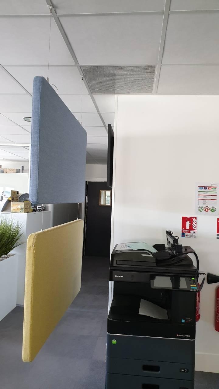 Panneaux acoustiques dans open space suspendus servant de séparateur d'espace également sur Marseille