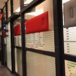 Panneaux acoustiques magnétiques pour vitrage, dans une circulation vitrée toute hauteur sur Marseille
