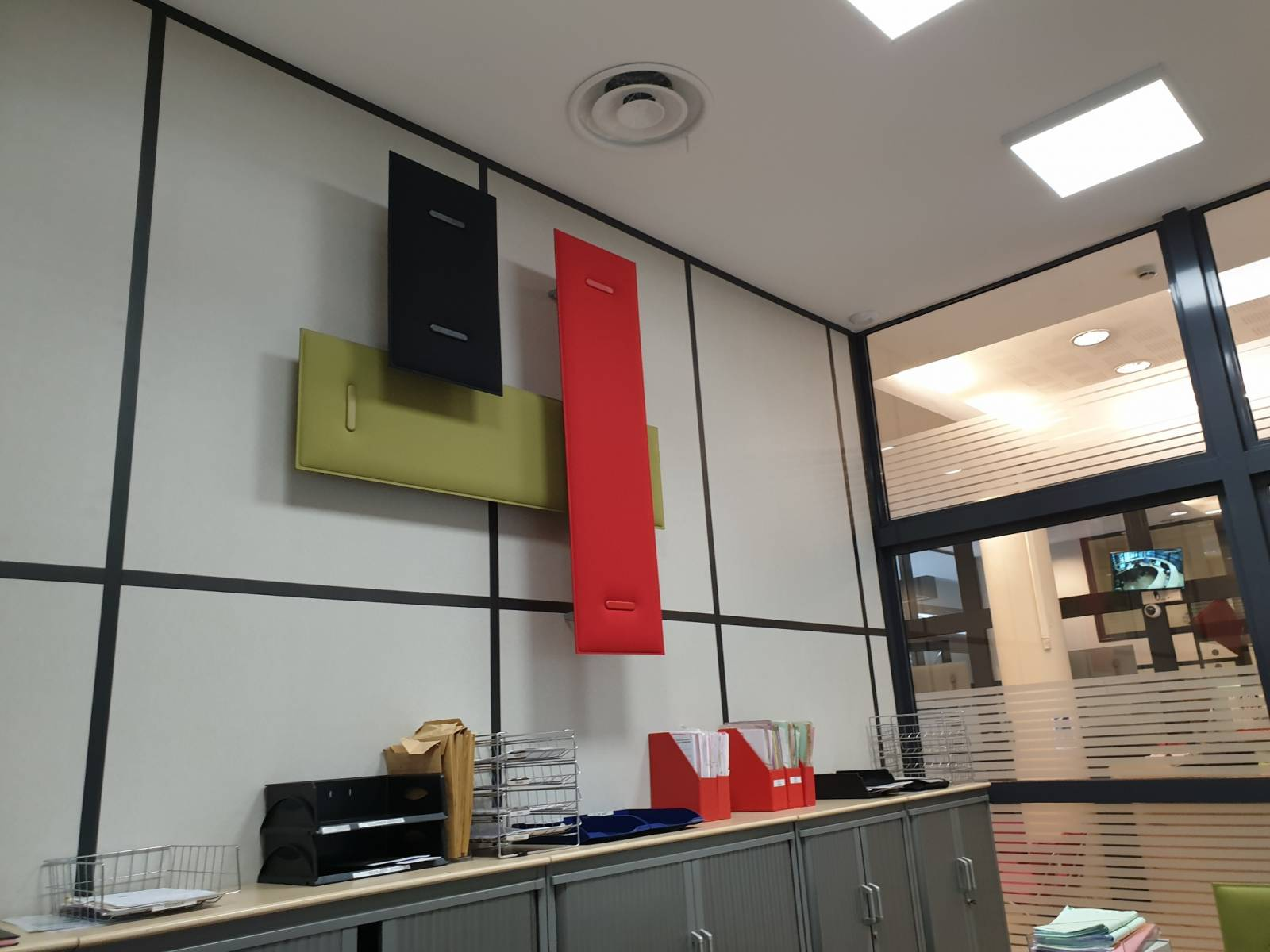 Configuration de panneaux acoustiques muraux pour amélioration acoustique d'un bureau dans une entreprise sur Aix en Provence